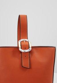 Topshop - TILT BUCKLE TOTE - Handtas - orange - 6