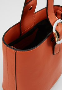 Topshop - TILT BUCKLE TOTE - Handtas - orange - 4