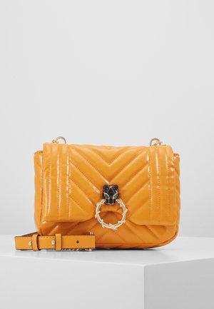 CARL PANTHER QUILTED - Taška spříčným popruhem - orange