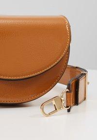 Topshop - WIDESTRAP TOPSTITCH SADDLE - Handbag - camel - 5