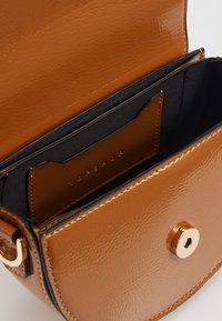 Topshop - WIDESTRAP TOPSTITCH SADDLE - Handbag - camel - 3