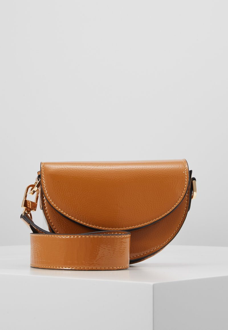 Topshop - WIDESTRAP TOPSTITCH SADDLE - Handbag - camel
