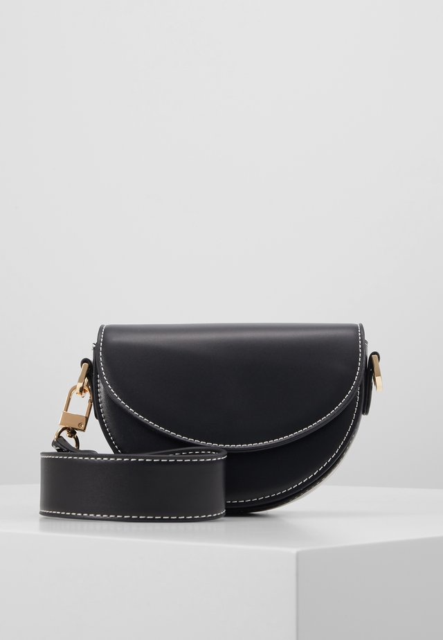 WIDESTRAP TOPSTITCH SADDLE - Håndtasker - black