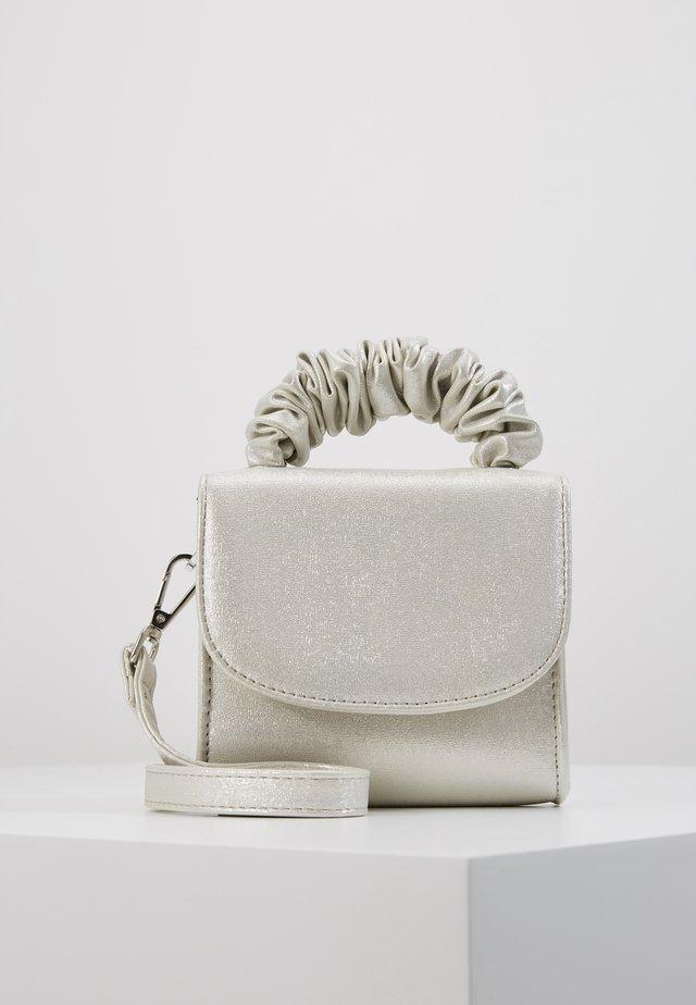 IRRIDESCENT SCRUNCIE HANDLE - Handtasche - silver