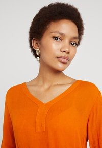 Topshop - HAMMERED DISC AND SHELL DROP - Boucles d'oreilles - gold-coloured - 1