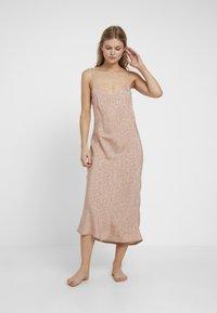 Topshop - LEO TEXTURED SCALLOP SLIP DRESS - Nightie - beige - 1