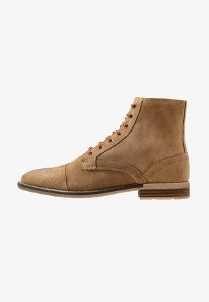 SARGE BOOT - Šněrovací kotníkové boty - tan