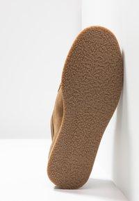 Topman - KENDRICK APRON - Sznurowane obuwie sportowe - sand - 4