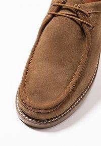 Topman - KENDRICK APRON - Sznurowane obuwie sportowe - sand - 5