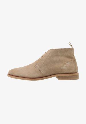 CALVIN CHUKKA - Sznurowane obuwie sportowe - stone