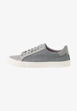 TITAN TRAINER - Sneakers basse - grey