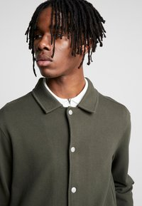 Topman - CHIVE SHACKET POPPER THROUGH - Summer jacket - green - 3