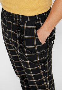 Topman - GRID WITH CHAIN - Tygbyxor - black - 4