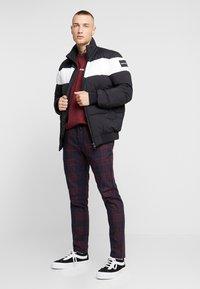 Topman - CHECK WHYATT - Kalhoty - burgundy - 1