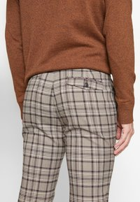 Topman - CORE CHECK TROUSER - Tygbyxor - grey - 5