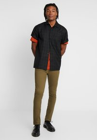 Topman - CHINO - Pantalones chinos - green - 1