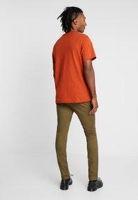 Topman - CHINO - Pantalones chinos - green - 2