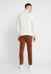 Topman - WHYATT - Pantalones - tan - 2
