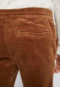Topman - WHYATT - Pantalones - tan - 5