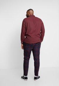 Topman - NAVY BURG CHECK  - Trousers - bordeaux/blue - 2