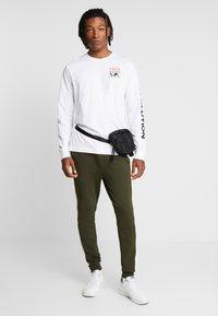 Topman - PANEL PIPED - Pantaloni sportivi - khaki - 1