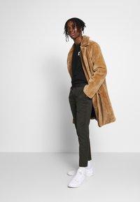 Topman - STRIPE - Pantalon de survêtement - khaki - 1