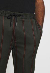 Topman - STRIPE - Pantalon de survêtement - khaki - 4