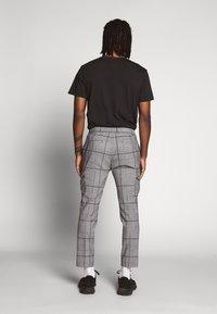 Topman - LARGE SCALE CHECK - Pantaloni cargo - grey - 2