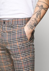 Topman - LARGE SCALE - Stoffhose - brown - 4