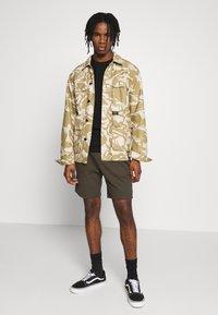 Topman - STRUCTURED - Shorts - khaki - 1