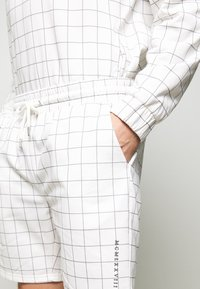 Topman - WINDOWPANE - Pantaloni sportivi - white - 4