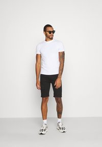 Topman - SOLID SPRAY ON - Shorts di jeans - black - 1