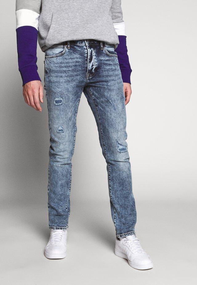DAMAGE - Slim fit jeans - mid wash