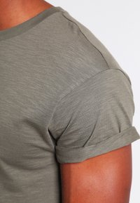 Topman - MUSCLE ROLLER - Basic T-shirt - khaki/olive - 3