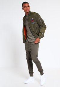 Topman - MUSCLE ROLLER - Basic T-shirt - khaki/olive - 1