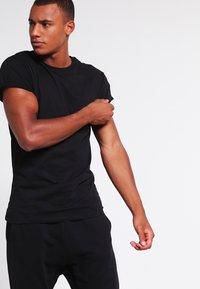Topman - MUSCLE ROLLER - T-shirt basic - black - 0