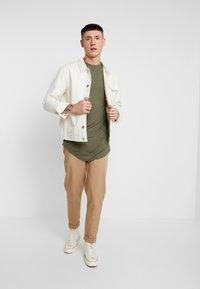 Topman - SCOTTY 2 PACK - Jednoduché triko - beige/khaki - 1