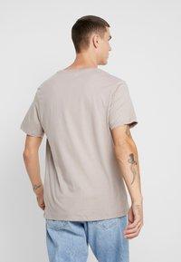 Topman - 3 PACK - Jednoduché triko - beige/khaki/black - 3