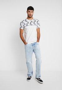 Topman - FLORAL TOP PANEL HANDEL TEE - T-shirt med print - white - 1