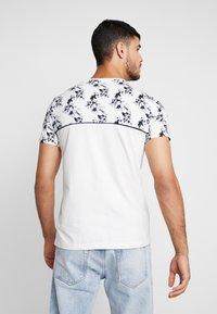 Topman - FLORAL TOP PANEL HANDEL TEE - T-shirt med print - white - 2