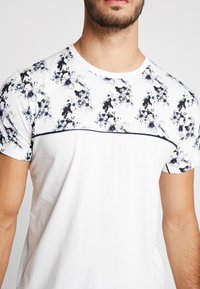 Topman - FLORAL TOP PANEL HANDEL TEE - T-shirt med print - white - 4