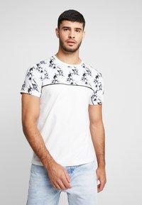 Topman - FLORAL TOP PANEL HANDEL TEE - T-shirt med print - white - 0