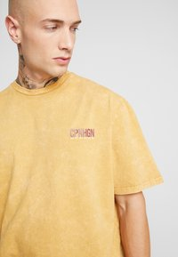 Topman - COPENHAGEN - Camiseta estampada - mustard - 4