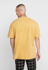 Topman - COPENHAGEN - Camiseta estampada - mustard - 2
