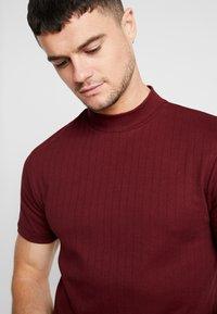 Topman - TURTLE NECK - T-shirts med print - burg - 4