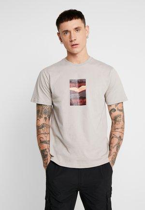 MOUNTAIN GRAPHIC TEE - T-shirts print - stone