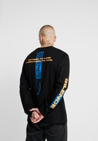 Topman - SILENCE NEON TEE - Bluzka z długim rękawem - black - 2