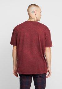 Topman - STOCKHOLM DESTINATION TEE - T-shirts med print - burgundy - 3