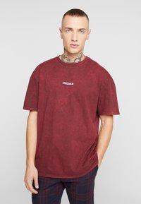 Topman - STOCKHOLM DESTINATION TEE - T-shirts med print - burgundy - 2
