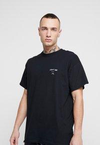 Topman - DONT BE SAD REFLECTIVE TEE - T-Shirt print - black - 0